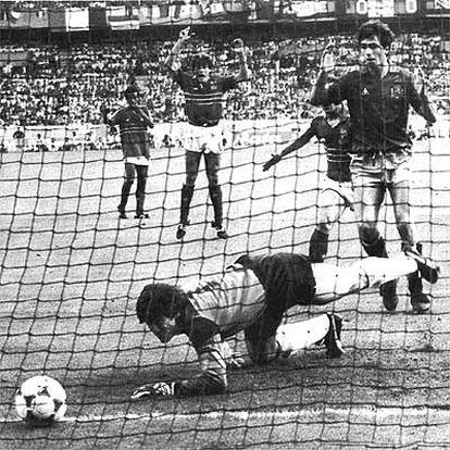 Una falta al borde del área lanzada por Platini se escurre entre las manos del guardameta español Arconada. España se queda sin la Eurocopa de 1984.