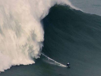 Maya Gabeira surfeando la ola que le ha valido el récord mundial. En vídeo, el momento de la hazaña de la brasileña.