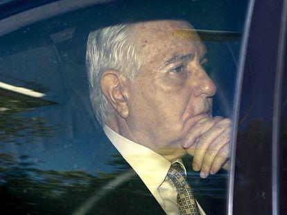 Carlos Dívar abandona la sede del CGPJ tras dimitir como presidente.