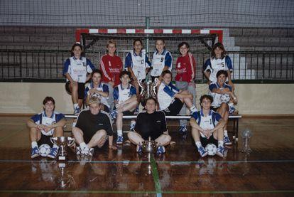 Foto del equipo que lo ganó todo en 1997. Las jugadoras y cuerpo técnico del Osito posan con las copas de la Liga, la Copa de la Reina, la Copa de Europa y la Supercopa de Europa.
