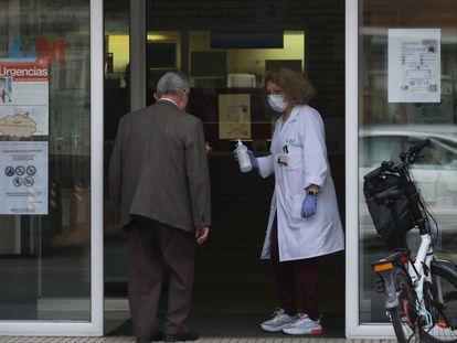 Personal sanitario a la entrada del centro de Salud Estrecho de Corea, en Madrid.
