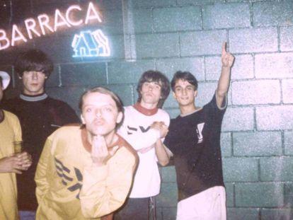The Stone Roses (y un espontáneo a la derecha) en la discoteca Barraca (Valencia) tras un concierto que dieron allí en 1989. Barraca fue uno de los espacios de obligada parada en la Ruta del Bakalao.