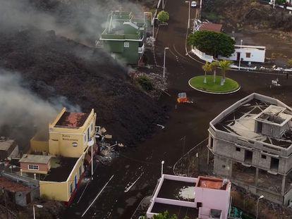 En vídeo, imágenes aéreas en las que se observa el municipio de Todoque (La Palma), mientras es devorado por la lava.