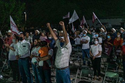Simpatizantes de Alfonso Durazo observan el debate entre candidatos a gobernador de Sonora en la plaza de la comunidad de Bavispe, el pasado 18 de mayo.
