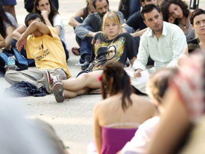 En el centro, con camiseta negra, Katherina Mínguez, una de las víctimas, en una asamblea del 15-M celebrada tras la agresión para debatir sobre la violencia policial.