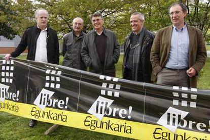 Los cinco absueltos de<i> Egunkaria, </i>Martxelo Otamendi, Xabier Oleaga, Juan Mari Torrealdai, Txema Auzmendi e Iñaki Uria, ayer en Andoain.