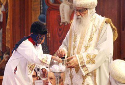 El pequeño Bishoy Girgis Masaad coge la bola del cáliz en el que se encuentran los nombres de los tres candidatos a suceder a Shenuda III como Papa de los coptos.