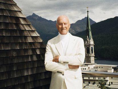 Norman Foster posa en exclusiva para ICON en la terraza de su casa en la estación suiza de St. Moritz.