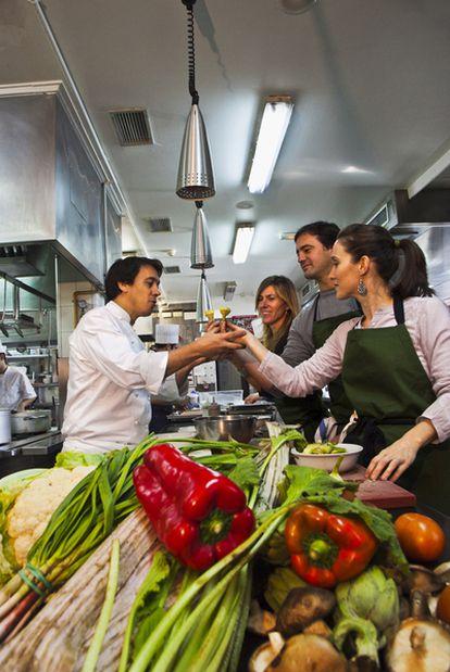 El chef Francis Paniego, del hotel Echaurren de Ezcaray (La Rioja), durante una demostración en su cocina.