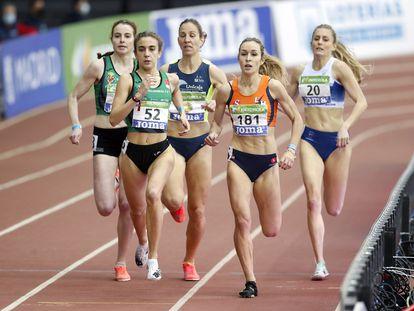 Daniela García, con el dorsal 52, en el campeonato de España de atletismo de pista cubierta.