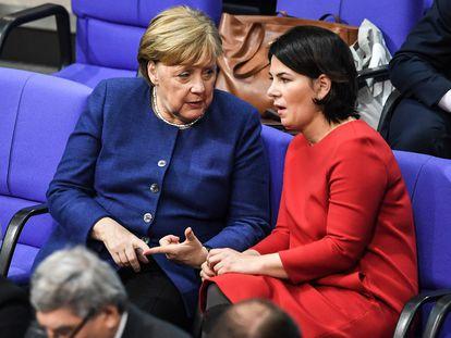 Angela Merkel habla con Annalena Baerbock, la nueva candidata de los Verdes, durante una sesión del Parlamento alemán en enero de 2020.