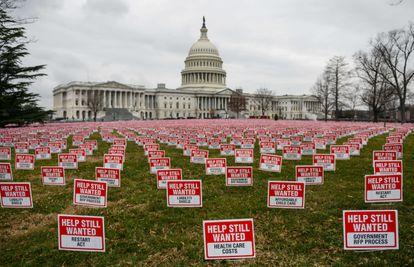 Letreros con la leyenda 'Todavía se necesita ayuda' cerca del Capitolio en Washington.