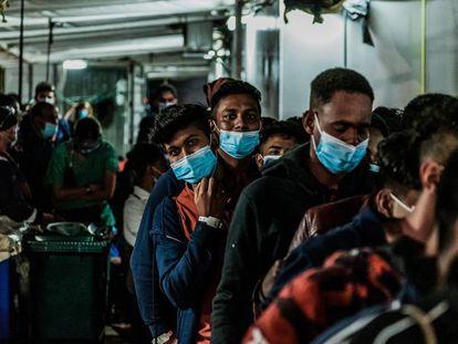Un grupo de hombres desembarca del Ocean Viking, el buque de salvamento de la organización humanitaria SOS Mediterranée en Porto Empedocle, Italia. La ONG rescató a principios de julio a 180 personas a la deriva.