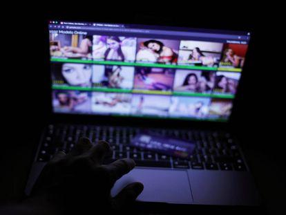 Un usuario navega por páginas pornográficas de chicas con webcam en Londres.