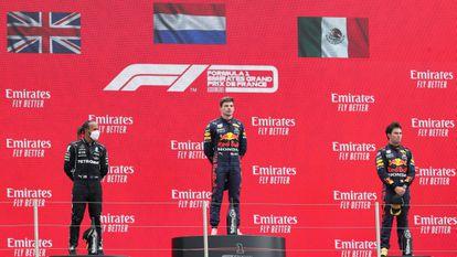Lewis Hamilton, Max Verstappen y Checo Pérez, este domingo en el circuito Paul Ricard, en Francia.