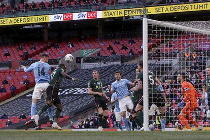 Laporte cabecea el gol de la victoria ante el Tottenham.