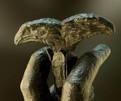 La pieza arqueológica con la doble cabeza de águila hallada en el yacimiento de Lucentum en Alicante.