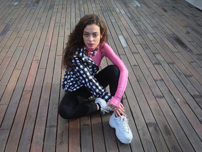 Sila Lua, cantante, posando en la terraza de La Casa Encendida, donde actuará dentro del Festival Puwerty.