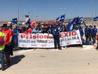 Unos 200 trabajadores de los centros penitenciarios valencianos concentrado a las puertas de la prisión Alicante II -en Villena-, para exigir al Gobierno que aplique la equiparación salarial de todo el funcionariado.