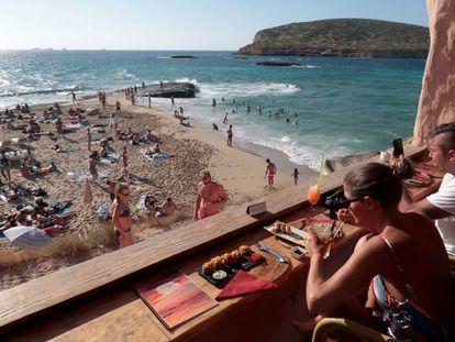 Turistas en la cala Conta, en Ibiza.