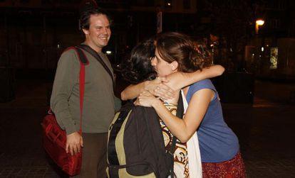 Dos cooperantes repatriadas de Tinduf se abrazan a su regreso a Madrid el pasado 28 de julio.