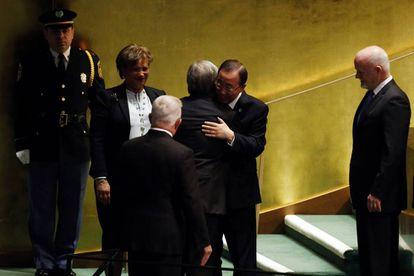 Ban Ki-moon abraza a Antonio Guterres, su relevo como secretario general de la ONU.