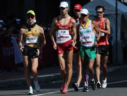 Marc Tur, en el centro de la imagen, en la prueba de los 50 kilómetros marcha