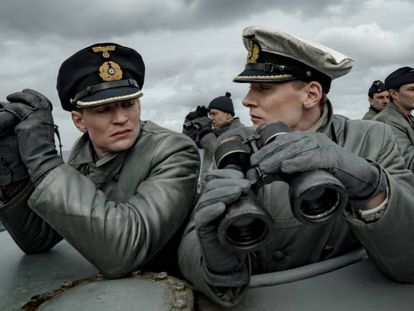 El capitán Hoffmann (Rick Okon), derecha, con la preceptiva gorra con funda blanca, y el segundo Tennstedt (August Wittgenstein) en la serie 'Das Boot'.