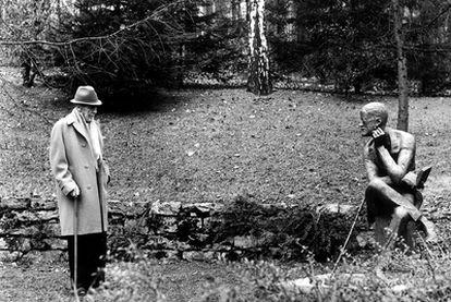 Ezra Pound visita en 1967 la tumba de James Joyce, en Ginebra.