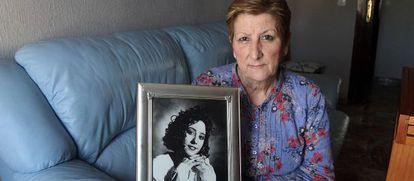 Carmen sostiene una foto de su hija, Soledad Donoso, asesinada en Córdoba en 1992 y cuyo caso se reabrió hace un año.