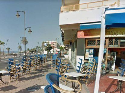 La avenida de España, en Estepona (Málaga). En el vídeo, unos vecinos salen al balcon alarmados tras escuchar los tiros en la calle.