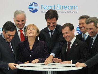 Fillon, Merkel, Rutte, Medvédev y el comisario europeo de Energía, Guenther Oettinger, en la inauguración en Lubmin (Alemania).