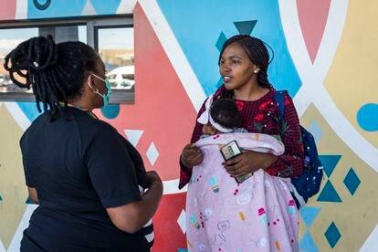 Pumeza Runeyi charla con una joven madre en Khayelitsa, Ciudad del Cabo, Sudáfrica.