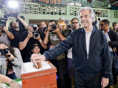 El candidato del Frente Amplio, Tabaré Vázquez, en el momento de la votación.