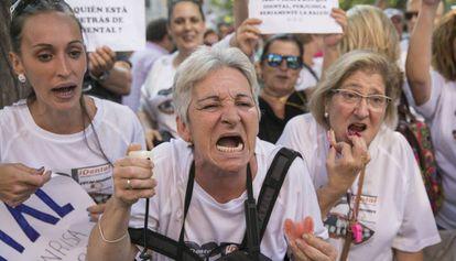 Protesta de afectados por el cierre de clínicas de iDental, en Madrid en julio pasado.