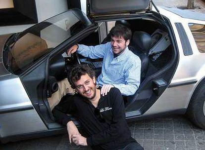 Rafa Pons, sentado en el suelo, y Carlos, el protagonista del vídeo.