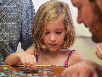 Un niña juega con puzzles.