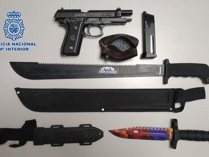 Armas incautadas a los detenidos.