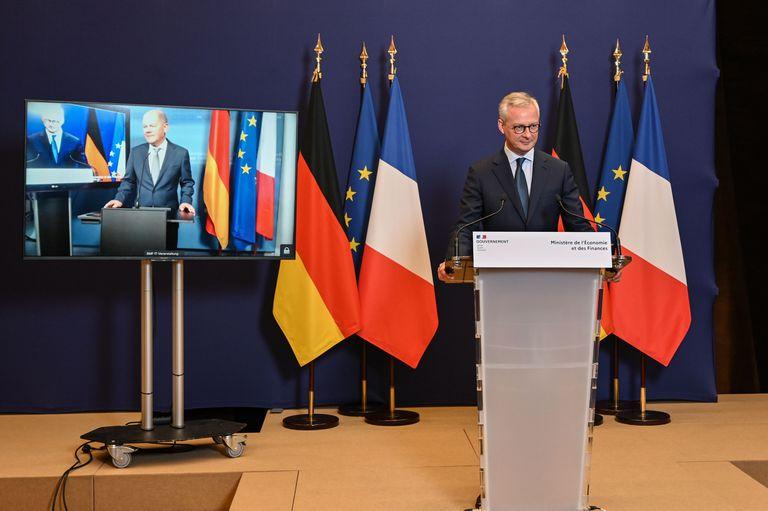 El ministro francés Bruno Le Maire (en el atril) y el alemán Olaf Scholz, en su declaración virtual conjunta de este martes.