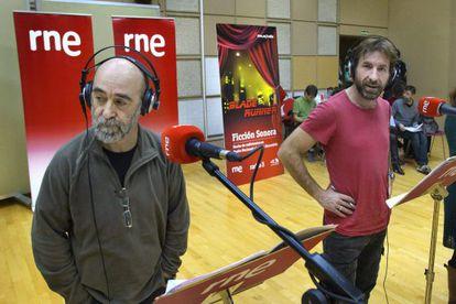 Álex Angulo  y Antonio de la Torre ensayan la versión radiofónica de 'Blade Runner'.