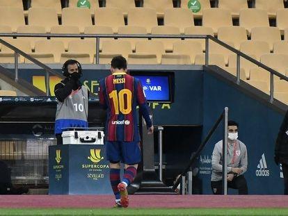 Messi abandona el campo tras ser expulsado en la final de la Supercopa.