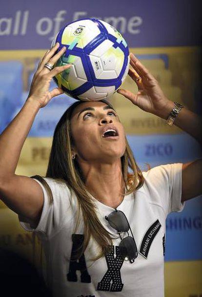 Marta juega con un balón en Maracaná en 2018.