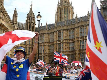 Críticos y partidarios del Brexit se manifiestan frente al Parlamento británico, el pasado 5 de septiembre.