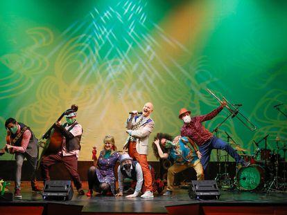 """El cantante John OBerien (c) junto al resto de intérpretes de la obra """"Swing for Kids"""" en el teatro San Pol de Madrid."""