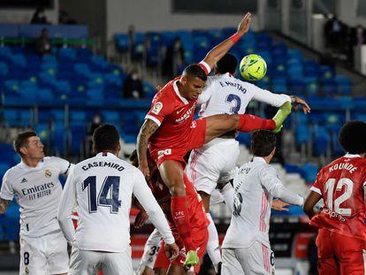 Militão toca el balón con la mano ante Diego Carlos este domingo en Valdebebas.