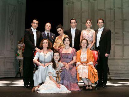 Los protagonistas de la obra 'El tiempo y los Conway' posan ataviados con su vestuario de época.