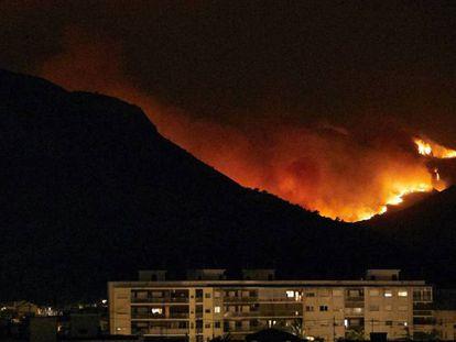 Vista desde Gandia del incendio que afecta a varias localidades valencianas.