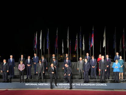 El primer ministro de Eslovenia, Janez Jansa (bajando el escalón a la izquierda), y el presidente del Consejo Europeo, Charles Michel (a su lado), este martes tras la foto de grupo de los líderes de la UE durante la cumbre europea de Brdo.