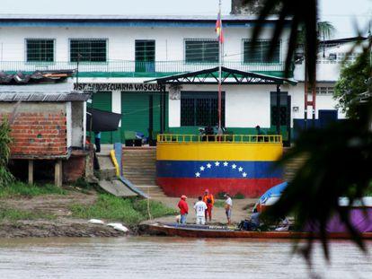 Migrantes intentan cruzar en barca desde el pueblo venezolano de La Victoria, hasta Arauquita, localidad fronteriza colombiana, el pasado 25 de marzo.