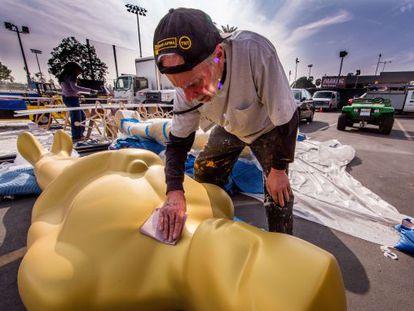 Un operario ultima los preparativos de la ceremonia de los Oscar en el teatro Dolby de Los Ángeles.